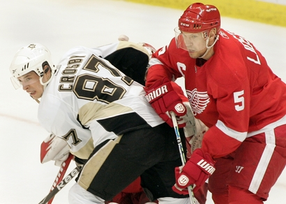 Whiner Crosby doesn't like it when the Wings lean on him.